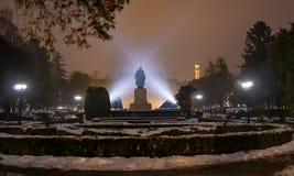 Satu Mare della Romania, statua storica alla notte immagini stock