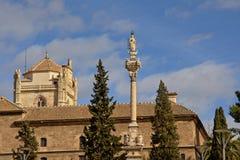 Satue di Mary Immaculate ha individuato nel quadrato di del Triunfo della plaza davanti all'ospedale reale di Granada, Spagna Fotografia Stock