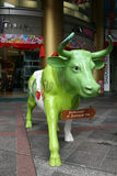 Satue einer grünen Kuh Stockfotos