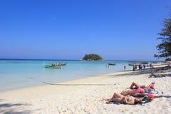 SATUN, THAILAND - 14. März 2014 Ausländer, die an ein Sonnenbad nehmen Lizenzfreie Stockfotografie