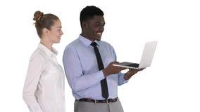 Satysfakcjonujący ich mężczyzna patrzeje w laptopie na białym tle pracy kobieta i zbiory wideo