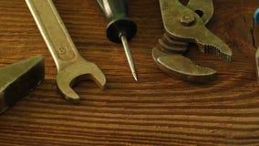 Satz alte auf einer Holzoberfläche zu reparieren Werkzeuge: Hammer, Zangen, Schlüssel, Schraubenzieher, Scheren stock video footage
