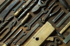 Satz alte rostige Werkzeuge auf rustikalem Hintergrund Stockfotos