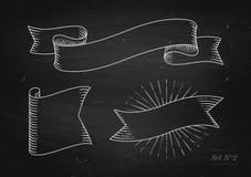Satz alte Weinlesebandfahnen in der Stichart auf einem schwarzen Tafelhintergrund und -beschaffenheit Hand gezeichnetes Design Stockbild