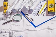 Satz Architektenwerkzeuge auf weißem Plan Lizenzfreie Stockfotografie