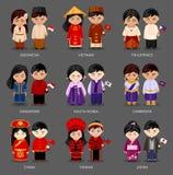 Satz asiatische Paare kleidete in den verschiedenen nationalen Kostümen an lizenzfreie abbildung