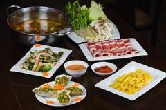 Satz asiatisches Lebensmittel mit Fried Crispy Potato, Grill geoduck mit Zwiebel und Fett, Garnele briet Suppennudeln, heißen Top stockbild