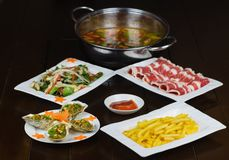 Satz asiatisches Lebensmittel mit Fried Crispy Potato, Grill geoduck mit Zwiebel und Fett, Garnele briet Suppennudeln, heißen Top stockfotos