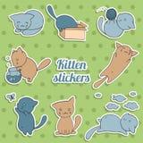 Satz Aufkleber mit netten Kätzchen auf grünem Hintergrund Stockfotos