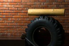 Satz Ausrüstung für Sport auf Ausdauer und Eignung durch den Hintergrund einer Wand des roten Backsteins stockbilder