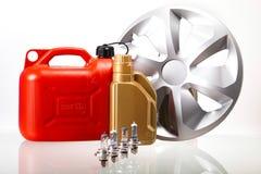Satz Autoteile, Autobatterie auf klarem moto Konzept Lizenzfreie Stockfotos