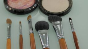 Satz Bürsten für Make-up auf Tabelle in der Umkleidekabine Modeindustrie Modeschau-Bühne hinter dem Vorhang stock video footage