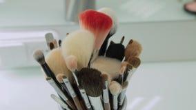 Satz Bürsten für Make-up auf Tabelle in der Umkleidekabine Modeindustrie Modeschau-Bühne hinter dem Vorhang stock video