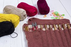 Satz Bambushäkelnadeln, Farbaufkleber und buntes Garn stockfoto