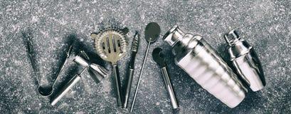 Satz Barwerkzeuge für die Herstellung Cocktails vereinbarte auf einem grauen Steinhintergrund stockfotos