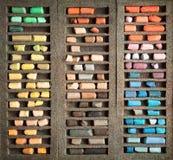 Satz benutzte Pastellstöcke in einem Kastenhintergrund Lizenzfreie Stockfotografie