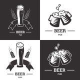 Satz Bierinsignienlogos mit Glaswaren auf weißem Hintergrund Weinleseale- und -lageremblem, Brauerei Vektor Stockfoto