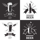 Satz Bierinsignienlogos mit Glaswaren auf weißem Hintergrund Weinleseale- und -lageremblem, Brauerei Vektor Lizenzfreie Stockfotos