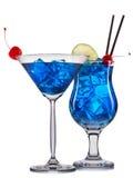 Satz blaue Cocktails mit Dekoration von den Früchten und von buntem Stroh lokalisiert auf weißem Hintergrund Lizenzfreies Stockbild