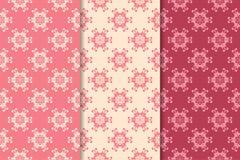 Satz Blumenverzierungen Kirschrosa vertikale nahtlose Muster Lizenzfreies Stockbild