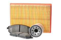 Satz Bremsbeläge, Ölfilter, Luftfilter Autoreserven lokalisiert auf Weiß Stockbilder