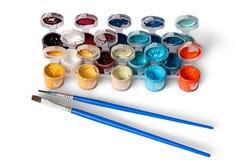 Satz bunte Acrylfarben in den Gläsern und in zwei Bürsten Lizenzfreie Stockfotografie