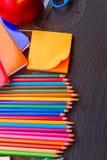 Satz bunte Bleistifte auf schwarzem Brett Stockfotografie