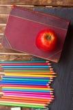 Satz bunte Bleistifte auf schwarzem Brett Lizenzfreie Stockbilder