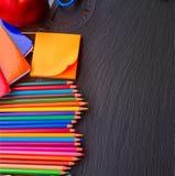 Satz bunte Bleistifte auf schwarzem Brett Lizenzfreies Stockbild