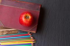 Satz bunte Bleistifte auf schwarzem Brett Lizenzfreie Stockfotografie