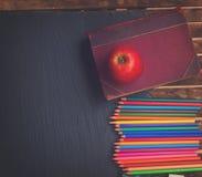 Satz bunte Bleistifte auf schwarzem Brett Stockfotos