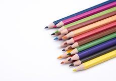 Satz bunte Bleistifte lokalisiert auf Seitenansicht des weißen Hintergrundes Lizenzfreie Stockfotos