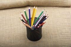 Satz bunte Bleistifte mit Halter - künstlerisches Konzept Stockfoto