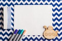 Satz bunte Bleistifte, weißer leerer Notizblock Lizenzfreie Stockbilder