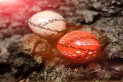 Satz bunte glückliche handgemachte Eier Ostern Stockfoto