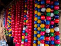 Satz bunte Perlen auf einem Zaun für Mardi Gras, New Orleans, Louisiana, USA Karnevalszeitsammlung, Handwerk, kreativ lizenzfreies stockbild