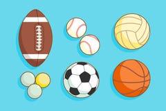 Satz bunte Sportbälle an einem blauen Hintergrund Stockfotografie