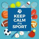 Satz bunte Sportbälle und Spieleinzelteile an einem blauen Hintergrund Aufschrift HALTEN RUHIG ES IST SPORT Gesunder Lebensstil Stockfoto