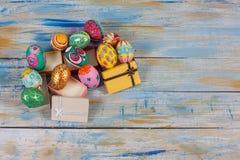Satz bunten Ostereies in der kleinen Geschenkbox Lizenzfreie Stockbilder