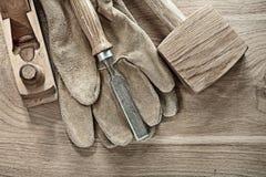 Satz carpenter's Werkzeuge auf hölzernem Brett Lizenzfreies Stockbild