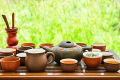 Satz chinesische japanische Tee-Schalen-Topf-Schüssel-Geräte auf hölzernem Bratenfett-Bambusbehälter Vorbereiten von Zeremonie Ge stockbild
