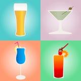 Satz Cocktails und Bier auf farbigen Hintergründen Lizenzfreie Stockfotografie