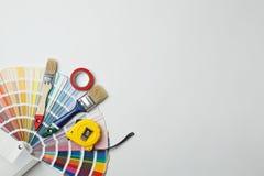 Satz Dekorateur ` s Werkzeuge auf hellem Hintergrund lizenzfreies stockfoto