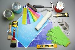 Satz Dekorateur ` s Werkzeuge und Projektzeichnungen lizenzfreie stockfotografie