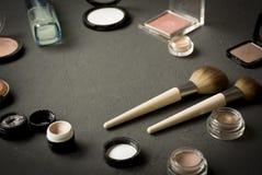 Satz dekoratives kosmetisches Pulver, Abdeckstift, Lidschattenpinsel, err?ten, Grundlage lizenzfreies stockbild