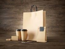 Satz der braunen Taschentasche, zwei Kaffeetassen, Geschäft Lizenzfreies Stockfoto