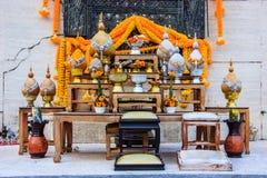Satz der buddhistischen Altartabelle ist der Schwerpunkt von, führt welches in der Erfüllung, im Glück und im Reichtum in ihre Hä Lizenzfreie Stockfotografie