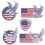 Satz der Embleme mit Adlern auf USA kennzeichnen Hintergrund Entwurf Lizenzfreies Stockbild