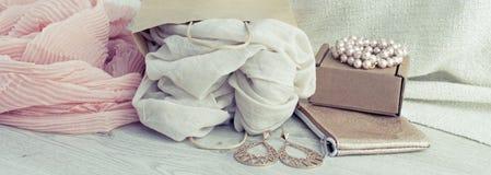 Satz der Fahne A Frauen ` s Mode-Accessoire-des Einkaufsschmuck-Schals stockbilder