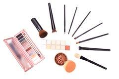 Satz der flachen Draufsicht der verschiedenen professionellen weiblichen Kosmetikbürsten für Make-up und Wimper bürsten lokalisie lizenzfreie stockbilder